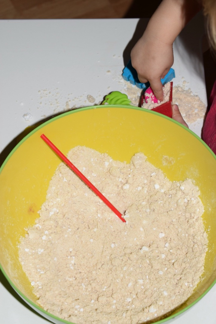 This sensory dough not only feels amazing to play with, it smells amazing too. The simple DIY sensory moon sand can be warmed up so is an ideal rainy day activity that will fill your home with scents of pumpkin spice. The perfect autumn activity for toddlers, preschoolers and big kids too.